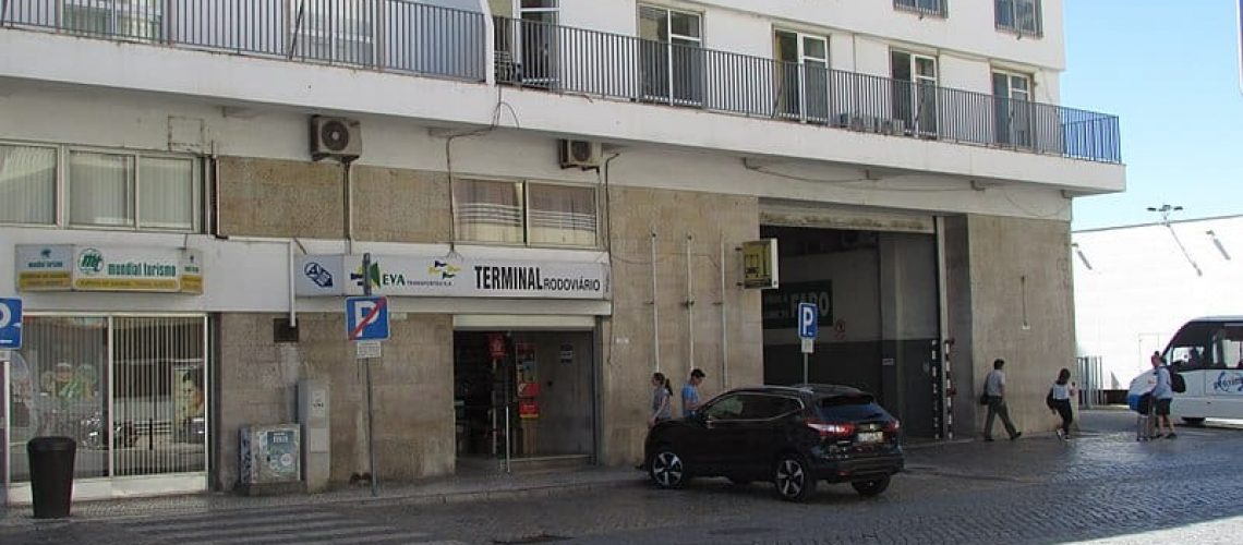 800px-12-09-2017_Passenger_entrance,_Faro_bus_station,_Avenida_da_República,_Faro